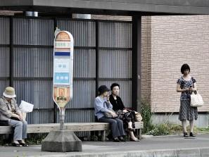 Japonnaises à l'arrêt de bus