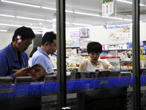 Japonnais lisant dans une superette